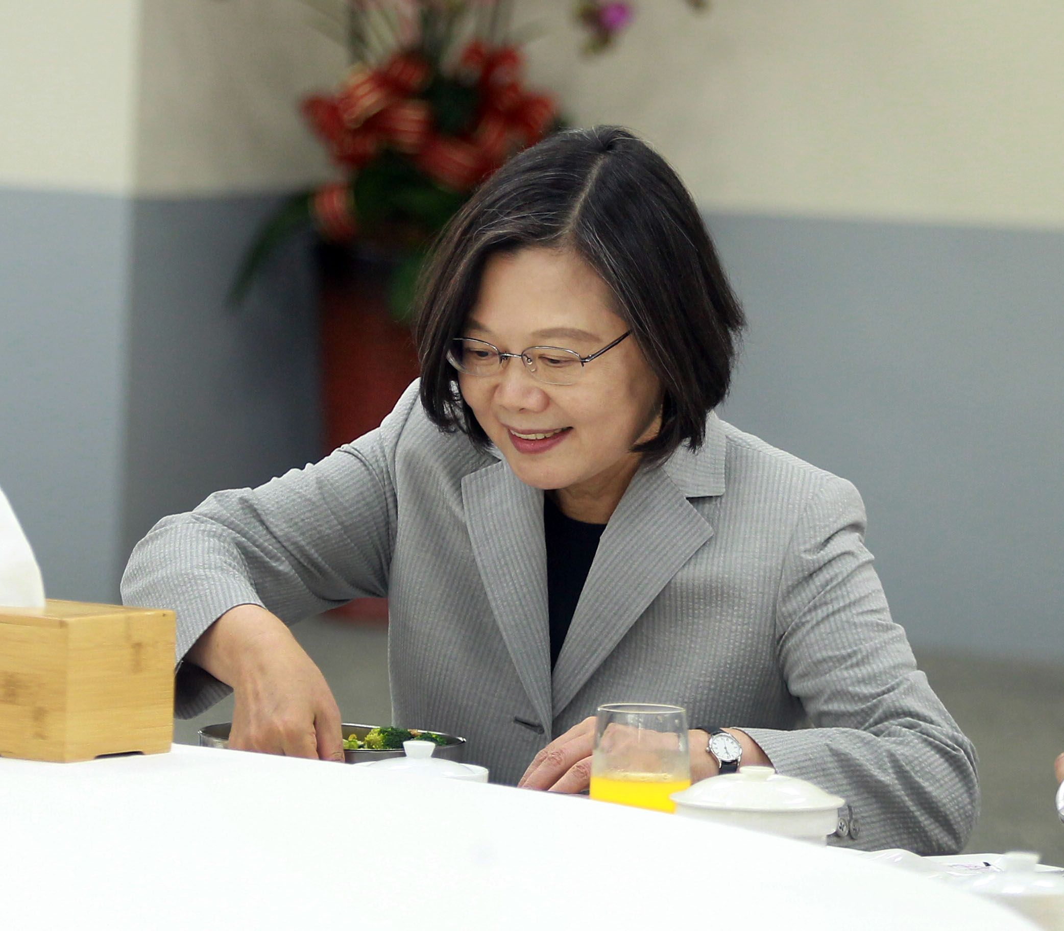 總統蔡英文與官兵共用便當午餐。(記者邱榮吉/攝影)