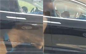 特斯拉高速公路飆速!隔壁車回頭驚…「駕駛、乘客全睡死」(圖/翻攝自推特)