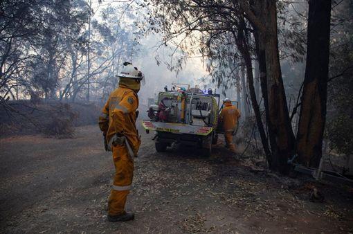(澳洲野火燒不停!千名打火弟兄與惡火搏鬥 奮勇救民眾家園)澳洲,雪梨,火災,森林(圖/翻攝自Queensland Fire and Emergency Services - QFES 臉書)https://www.facebook.com/QldFireandRescueService/