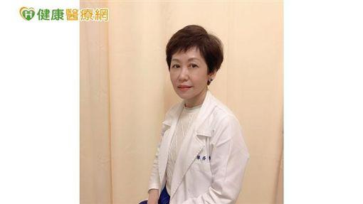 新光醫院一般外科及乳房中心主任鄭翠芬表示,使用新的標靶藥物CDK4/6抑制劑口服搭配停經針後,原本在肝臟的3顆腫瘤,縮減成1顆。