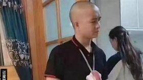 炫富新招!陸男脖子掛「無瘟豬肉」:有豬肉就有錢(圖/翻攝自fun48)