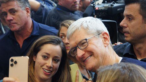 蘋果執行長與粉絲互動蘋果公司(Apple)10日發表3款新iPhone,執行長庫克(Tim Cook)前往新品體驗區與媒體及名人交流,並大方一起自拍。中央社記者吳家豪舊金山攝  108年9月11日