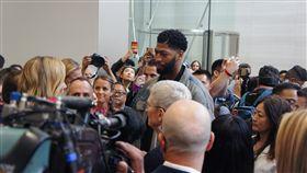 NBA球星體驗蘋果新品蘋果公司(Apple)10日舉辦新品發表會,推出3款新iPhone,NBA洛杉磯湖人隊球星戴維斯(Anthony Davis,人群中間穿藍色外套者)意外現身新品體驗區,與蘋果執行長庫克(Tim Cook)近距離交流。中央社記者吳家豪舊金山攝  108年9月11日