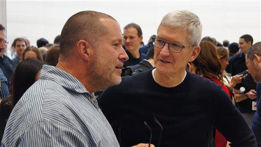 蘋果執行長與設計長相見歡蘋果公司(Apple)10日發表3款新iPhone,執行長庫克(Tim Cook,右)會後前往新品體驗區,與先前宣布將離職的設計長艾夫(Jony Ive,左)熱情擁抱,並短暫交談。中央社記者吳家豪舊金山攝  108年9月11日