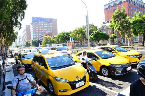 ▲計程車慢速行駛行政院周圍道路表示對Uber條款給予緩衝表達不滿。(圖/鍾釗榛攝影)