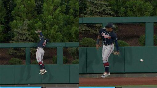 ▲勇士亞古納(Ronald Acuna Jr.)沒收全壘打後掉球,打者跑出場內全壘打。(圖/翻攝自MLB官網)