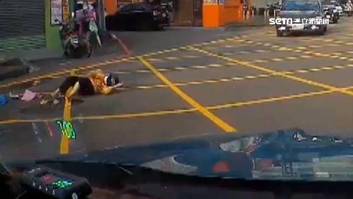 六叉路口交通亂 婦騎單車突左轉遭撞飛