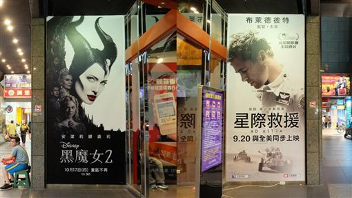 ▲安潔莉娜裘莉的新片《黑魔女2》和布萊德彼特的新片《星際救援》巧妙在戲院門口的巨幅廣告對看。(圖/讀者提供)