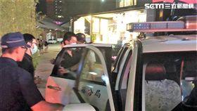 台北市陳姓男子帶著曾姓女友四處流浪,找來林姓男子搬行李卻被害慘,警方查獲兩人持有安非他命及改造手槍,訊後依毒品及槍砲等罪送辦(楊忠翰攝)