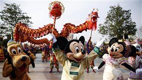 (16:9)上海迪士尼允許帶食物 民眾卻憂亂象重演部分中國網友與消費者擔心上海迪士尼放寬攜帶食品規定後,各種飲食亂象將重演,影響遊園體驗。圖為上海迪士尼慶祝2017年新年的畫面,米奇和夥伴們用舞龍的方式迎接中國農曆年到來。(中新社提供)中央社 108年9月11日