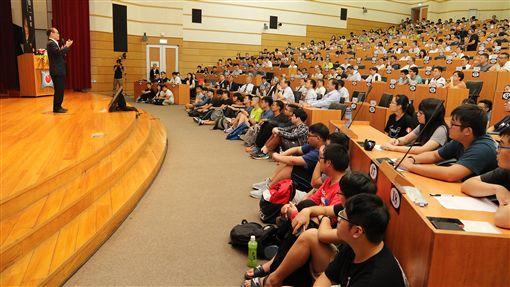 諾貝爾獎得主中村修二興大開講諾貝爾物理學獎得主中村修二(左)11日受邀到國立中興大學演講,暢談研發藍光LED的歷程與對人類的影響,以及他自身奮鬥的過程,吸引眾多師生與相關產業研發人員前往聆聽。(中興大學提供)中央社記者趙麗妍傳真  108年9月11日