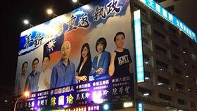 ▲天晟醫院外牆,懸掛韓國瑜和藍營立委參選人的選舉看板(圖/翻攝《我是中壢人》臉書)