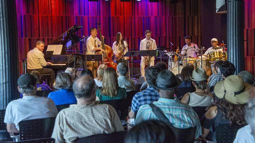 徐崇育與爵士樂團成員  巡迴紐奧良演出爵士低音提琴演奏家徐崇育和Soy La Ley樂團成員巡迴美國,在紐奧良與當地音樂人首演致敬「爵士樂之父」路易阿姆斯壯的原創作品。(資料照片,Soy La Ley提供)中央社記者尹俊傑紐約傳真  108年9月12日