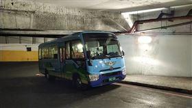 基隆市,公車,卡迴車塔,動彈不得,順利脫困(圖/翻攝照片)中央社
