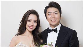 郎朗結婚了…娶小12歲混血鋼琴家 白紗只遮「三角」辣翻 圖翻攝自郎朗微博