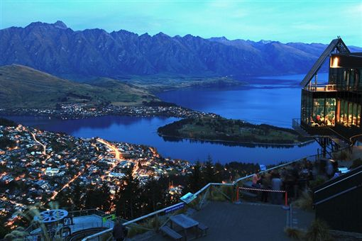 圖2-(S)shutterstock_94464481(landscape of Queenstown City New Zealand at Night ).jpg