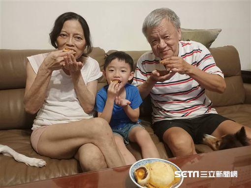 營養師朱美慈提醒,民眾大快朵頤吃月餅的同時也要注意熱量。(圖/台中醫院提供)