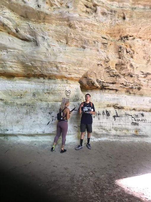 缺德!情侶在4億年岩層塗鴉刻愛心 還比YA拍照打卡GotYour6Comm twitter