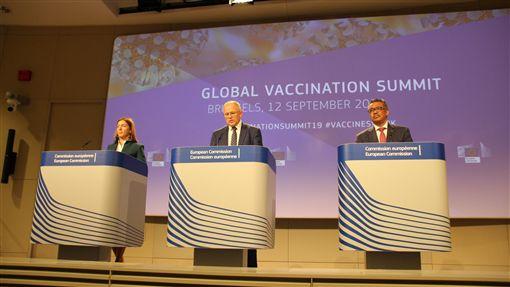 歐洲麻疹疫情升溫 歐盟世衛急籲接種疫苗今年上半年歐洲麻疹達到9萬病例,世界衛生組織秘書長譚德塞(右)與歐盟官員12日召開記者會,呼籲民眾接種疫苗。中央社記者唐佩君布魯塞爾攝 108年9月13日