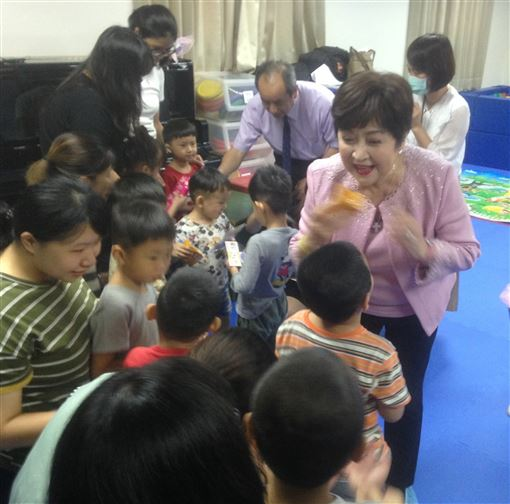 高雄公益大使,甄珍,募款,幫助,貧困失依,孩子(圖/中央社)