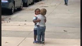 2「天」沒見!2男童助跑衝刺擁抱 網融化:最可愛的友誼(圖/翻攝自臉書Michael D Cisneros)