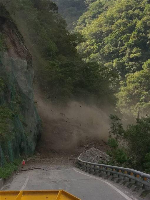 台東,南橫公路.再坍方,居民涉水,過中秋(圖/民眾提供)中央社