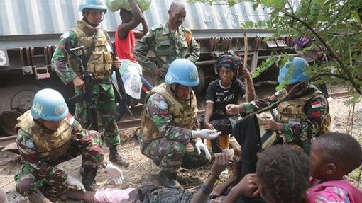 剛果民主共和國一列貨運列車12日在東南部脫軌,已知有10到50名偷渡乘客死亡。圖為聯合國維和人員現場救援。(圖/翻攝自twitter.com/MonuscoS)