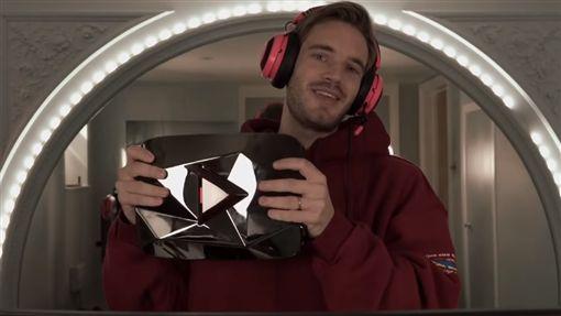 YouTuber「破億訂閱」送紅鑽石 他開箱成分超驚人(圖/翻攝自PewDiePie YouTube)