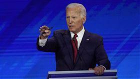 民調領先的前副總統拜登訴諸前總統歐巴馬的健保政績,挑戰兩大對手桑德斯和華倫的左傾政策。(圖/美聯社)