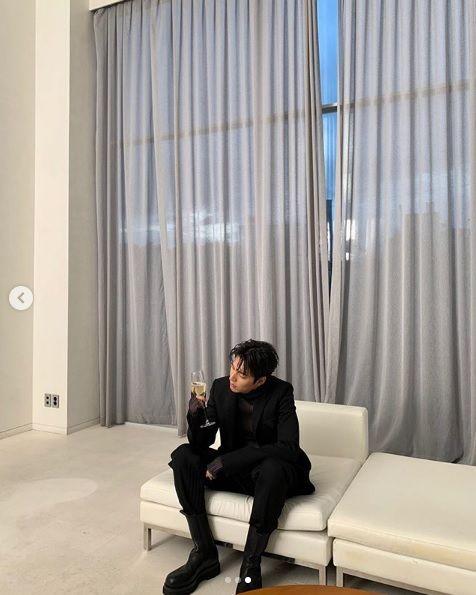 一甩發福!李敏鎬中秋節秀逆天「鉛筆腿」 下巴尖出新境界(圖/翻攝自李敏鎬 IG)