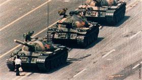 1989年拍下北京天安門六四事件「坦克人」經典照片的美國攝影師柯爾,日前在印尼峇里島辭世,享壽64歲。(圖/翻攝自facebook.com/WorldPressPhoto)