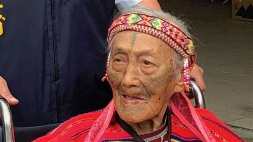 文面國寶柯菊蘭病逝 享耆壽97歲苗栗縣碩果僅存的泰雅族文面國寶柯菊蘭,因肺炎住進加護病房,14日清晨辭世,享耆壽97歲。圖為107年4月柯菊蘭出席泰雅文面紀錄片發表會。中央社記者管瑞平攝 108年9月14日