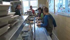 只發白吐司!國小童「欠9元」餐費 生日當天慘遭沒收餐盤(圖/翻攝自ABC6 News)