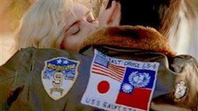 「捍衛戰士」男主角穿著繡有中華民國國旗飛行外套,但在續集預告裡卻被拿掉,曾引發熱議。美國國務卿蓬佩奧呼籲好萊塢應挺直腰桿,不要為了票房屈服於中國審查。(圖/翻攝自推特)