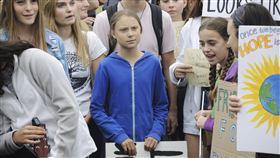 16歲的瑞典環保少女桑柏格(Greta Thunberg)(中)與數百名民眾站在白宮外抗議,要求世界最大經濟體美國及懷疑氣候變遷的川普採取行動。(圖/美聯社)