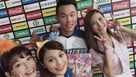▲LamiGirls到日本火腿札幌巨蛋訪問王柏融。(圖/Lamigo球團提供)