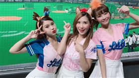 「LamiGirls」琳妲(左起)、Mia沐妍及Yuri代表擔任開球與表演嘉賓。(圖/Lamigo桃猿隊提供)