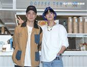 陳凱倫之子陳銳(左)吳思賢(右)出席咖啡茶飲店COFFEE.TEA.OR開幕。(記者邱榮吉/攝影)