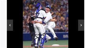 ▲中日龍左投大野雄大(右)完成無安打比賽後,與捕手歡喜擁抱。(圖/截自日本媒體)