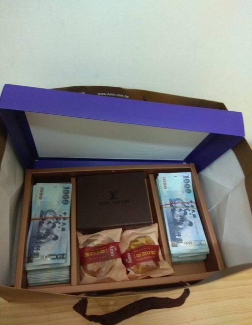 「450萬現金」塞爆月餅袋!租客「禮盒藏兩疊」登門道歉圖/翻攝自PTT