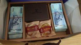 16:9 「450萬現金」塞爆月餅袋!租客「禮盒藏兩疊」登門道歉 圖/翻攝自PTT