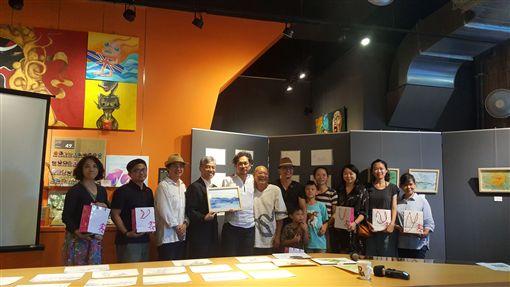 客家委員會邀請日本插畫家小池博征(左5)至台3線客庄進行駐庄創作,13日並在新竹縣發表創作成果,分享來台體驗到的客庄魅力。(客委會提供)中央社記者魯鋼駿傳真 108年9月14日