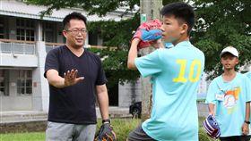 熱愛棒球的南投縣爽文國中老師王政忠(左)陪著爽青棒球營孩童練球,看到他們投出好球,王政忠立即鼓勵孩子「人生第一個好球,就這樣出現了」。中央社記者蕭博陽南投縣攝 108年9月15日