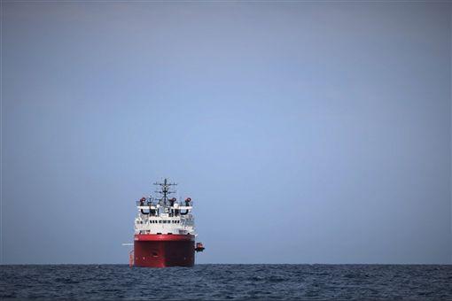 在允許海洋維京號停泊前,羅馬當局先花了6天進行國內外協商等前置作業,並取得歐洲國家同意協助難民安置。(圖取自twitter.com/MSF_Sea)
