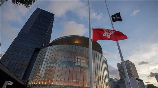 反送中持續抗爭 示威者升黑色香港區旗反對逃犯條例修訂的香港民眾1日持續抗爭,示威者在立法會外升起黑色香港區旗。中央社記者裴禛香港攝 108年7月1日