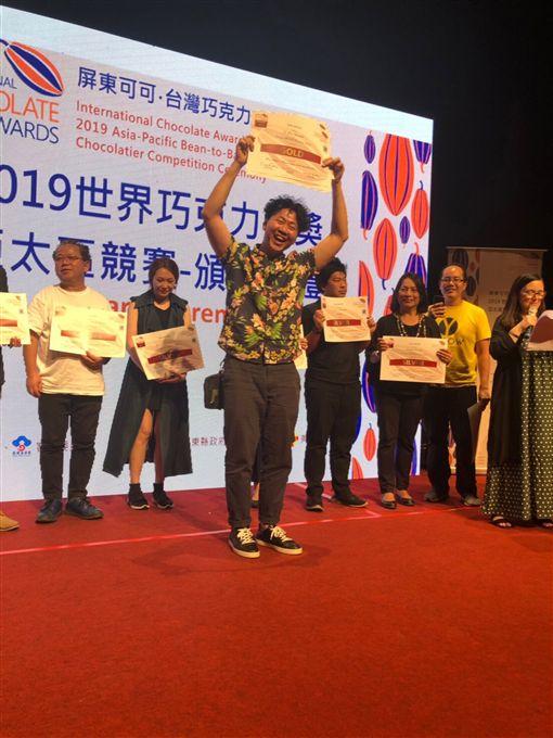 2019世界巧克力大賽亞太區競賽落幕,台灣品牌福灣巧克力創下單一區域單一品牌獲獎最多紀錄,創辦人許華仁(前中)表示,屏東種植的可可豆風味均勻,加上製作過程具獨特性,才能拿下大獎。(業者提供)中央社記者張雄風傳真 108年9月15日