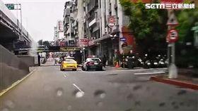 台北市梁姓槍手前往萬寧街埋伏,並對陳男大腿開了1槍後,隨即前往中山分局民一所投案(翻攝畫面)