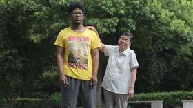 阿婆抱孫洗了一周還是髒 送醫檢查才知「乖孫是黑人」(圖/翻攝自微博)