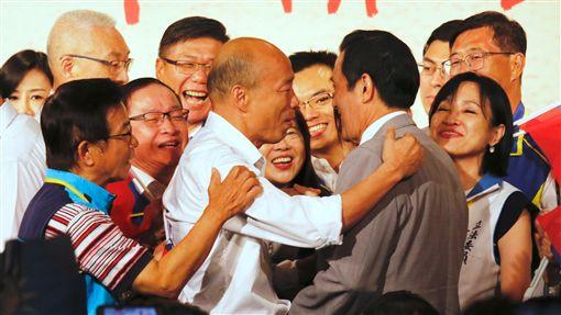 韓國瑜及吳敦義在台上合唱零互動。記者李依璇攝影