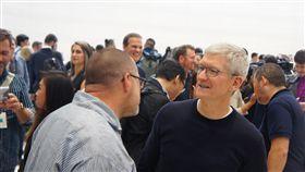蘋果公司日前在美國總部的賈伯斯劇院發表新iPhone,執行長庫克(右)與已宣布將離職的設計長艾夫(左)交談時,不時露出嚴肅神情。中央社記者吳家豪舊金山攝 108年9月15日